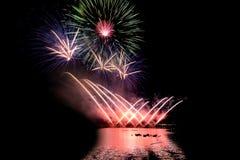 Fuochi d'artificio luminosi e variopinti contro un cielo notturno nero firework Fotografia Stock Libera da Diritti