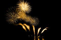 Fuochi d'artificio luminosi e variopinti contro un cielo notturno nero firework Immagine Stock