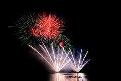 Fuochi d'artificio luminosi e variopinti contro un cielo notturno nero firework Fotografia Stock