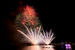 Fuochi d'artificio luminosi e variopinti contro un cielo notturno nero firework Immagini Stock Libere da Diritti