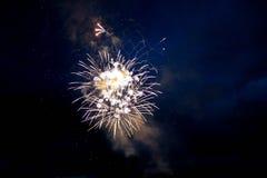 Fuochi d'artificio luminosi nel cielo notturno fotografia stock
