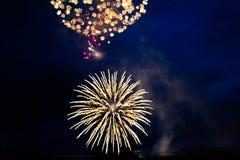 Fuochi d'artificio luminosi nel cielo notturno fotografie stock