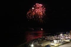 Fuochi d'artificio in mare immagine stock libera da diritti