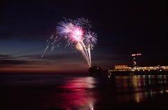 Fuochi d'artificio in mare Immagini Stock