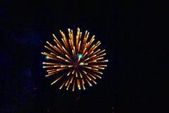 Fuochi d'artificio multicolori luminosi che esplodono nel cielo Fotografie Stock