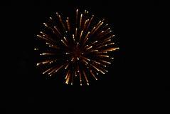 Fuochi d'artificio multicolori luminosi che esplodono nel cielo Fotografie Stock Libere da Diritti
