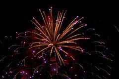 Fuochi d'artificio multicolori luminosi che esplodono nel cielo Fotografia Stock Libera da Diritti