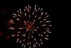 Fuochi d'artificio multicolori luminosi che esplodono nel cielo Fotografia Stock