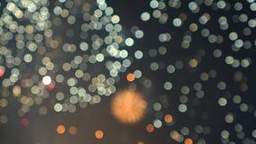 Fuochi d'artificio multipli scoppiati alla notte colpo del movimento lento del bokeh del fondo archivi video