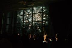 Fuochi d'artificio nel cielo notturno Fuochi d'artificio multicolori alla notte fotografia stock