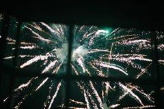 Fuochi d'artificio nel cielo notturno Fuochi d'artificio multicolori alla notte fotografia stock libera da diritti