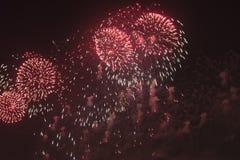 Fuochi d'artificio nel cielo notturno in onore della festa Fotografie Stock