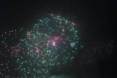 Fuochi d'artificio nel cielo notturno su una festa Immagini Stock