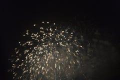 Fuochi d'artificio nel cielo notturno su una festa Immagini Stock Libere da Diritti