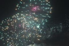Fuochi d'artificio nel cielo notturno su una festa Fotografie Stock