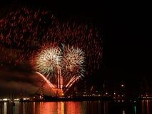 Fuochi d'artificio nel festival del mare immagini stock