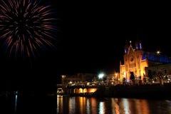 Fuochi d'artificio nella baia della st Julians. Immagine Stock