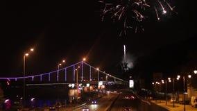 Fuochi d'artificio nella città di notte video d archivio