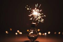 Fuochi d'artificio nella lampadina immagini stock