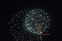 Fuochi d'artificio nella notte scura Immagini Stock