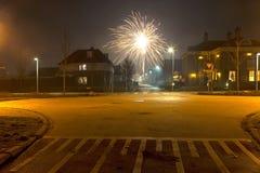 Fuochi d'artificio nella zona residenziale in Hoogeveen Immagini Stock