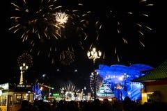 Fuochi d'artificio nelle notti di inverno al villaggio globale fotografia stock libera da diritti