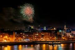 Fuochi d'artificio a Novi Sad, Serbia Fuochi d'artificio del ` s del nuovo anno fotografia stock libera da diritti