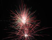 Fuochi d'artificio in piena fioritura nella sera fotografia stock libera da diritti