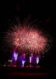 Fuochi d'artificio, razzi attraverso cielo notturno Fotografia Stock Libera da Diritti