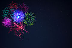 Fuochi d'artificio rosa di verde blu del purpe sopra cielo notturno Immagine Stock