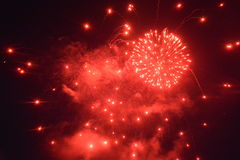 Fuochi d'artificio rossi alla notte nera Immagine Stock Libera da Diritti