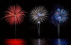 Fuochi d'artificio rossi, bianchi, & blu Immagini Stock Libere da Diritti