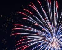 Fuochi d'artificio rossi, bianchi e blu fotografie stock libere da diritti