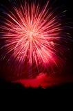 Fuochi d'artificio rossi, bianchi e blu su il quarto luglio Fotografie Stock Libere da Diritti