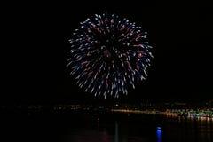 Fuochi d'artificio rossi, blu, bianchi Immagini Stock