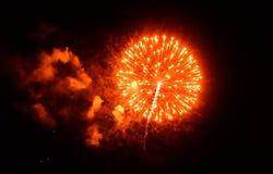 Fuochi d'artificio rossi e fumosi fotografia stock libera da diritti