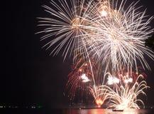 Fuochi d'artificio rossi e porpora astratti della sfuocatura di scoppio della luce intensa Fotografia Stock