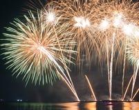 Fuochi d'artificio rossi e porpora astratti della sfuocatura di scoppio della luce intensa Immagine Stock