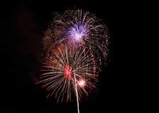 Fuochi d'artificio rossi e porpora sopra Alessandria d'Egitto, Va 2018 immagine stock
