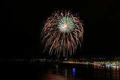 Fuochi d'artificio rossi, gialli, verdi Fotografie Stock