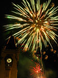 Fuochi d'artificio scintillanti al palazzo Fotografia Stock Libera da Diritti