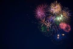 Fuochi d'artificio scintillanti di bella celebrazione sopra il cielo stellato, copia Fotografia Stock
