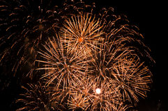Fuochi d'artificio scintillanti nel cielo notturno Fotografie Stock