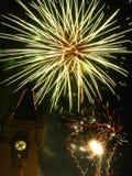 Fuochi d'artificio scintillanti nel cielo sopra il palazzo Immagini Stock Libere da Diritti