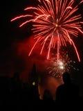 Fuochi d'artificio scintillanti sopra il palazzo. Immagine Stock