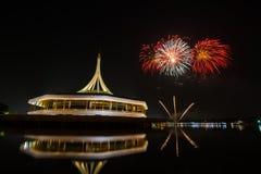Fuochi d'artificio sopra cielo notturno immagine stock libera da diritti