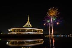 Fuochi d'artificio sopra cielo notturno fotografia stock libera da diritti