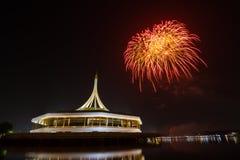 Fuochi d'artificio sopra cielo notturno immagine stock