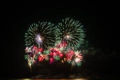 Fuochi d'artificio sopra cielo notturno fotografie stock libere da diritti