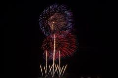 Fuochi d'artificio sopra cielo notturno fotografia stock